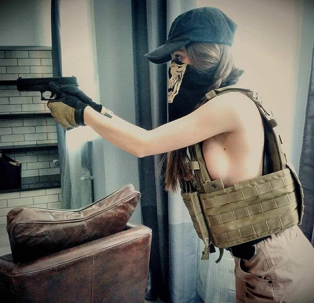 Елена Делигиоз фото с оружием
