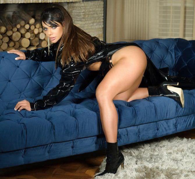 Сьюзи Кортес фото на синем диване