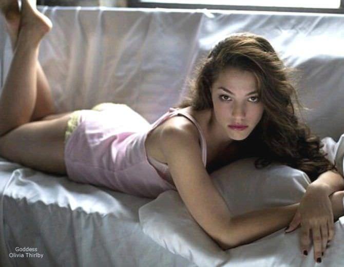 Оливия Тирлби фотография в розовой пижаме на диване