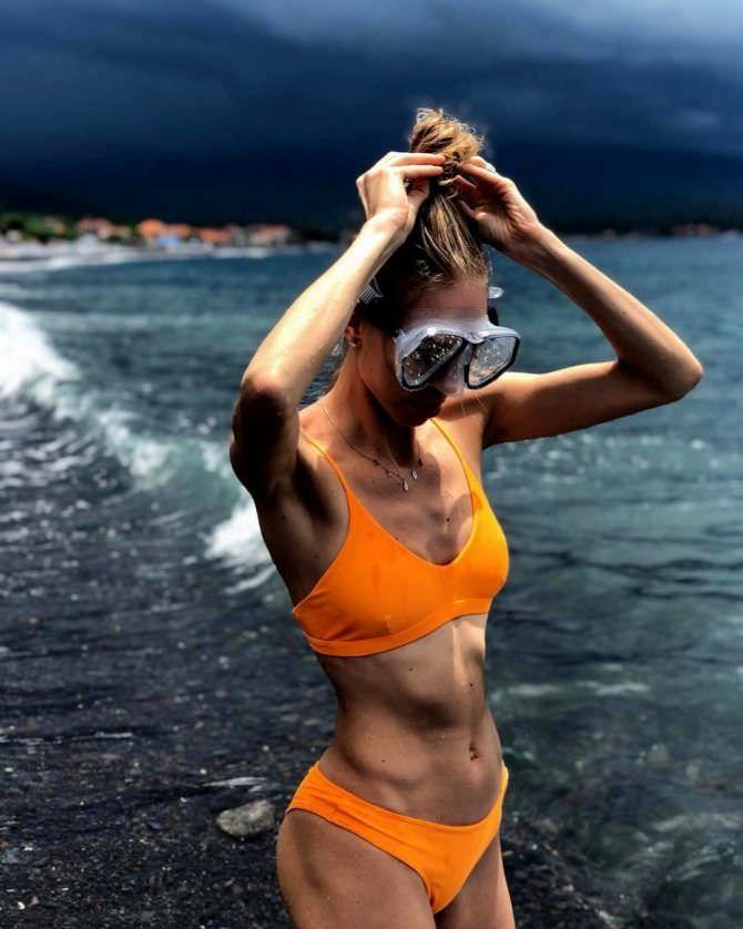 Надежда Сысоева фотов оранжевом купальнике