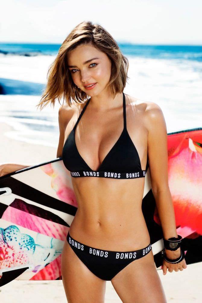 Миранда Керр фотосессия на пляже с доской