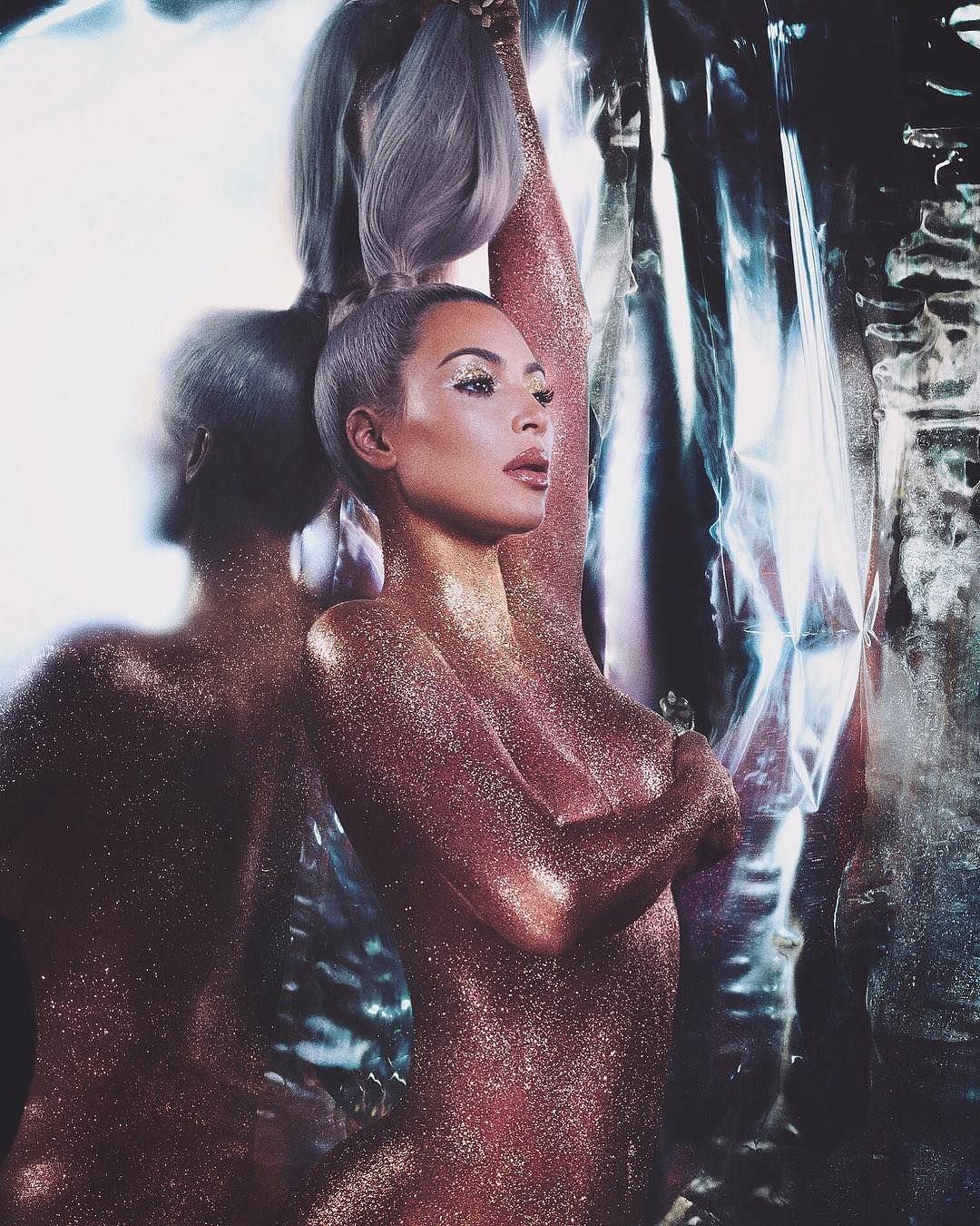 Ким Кардашян фото с хвостом