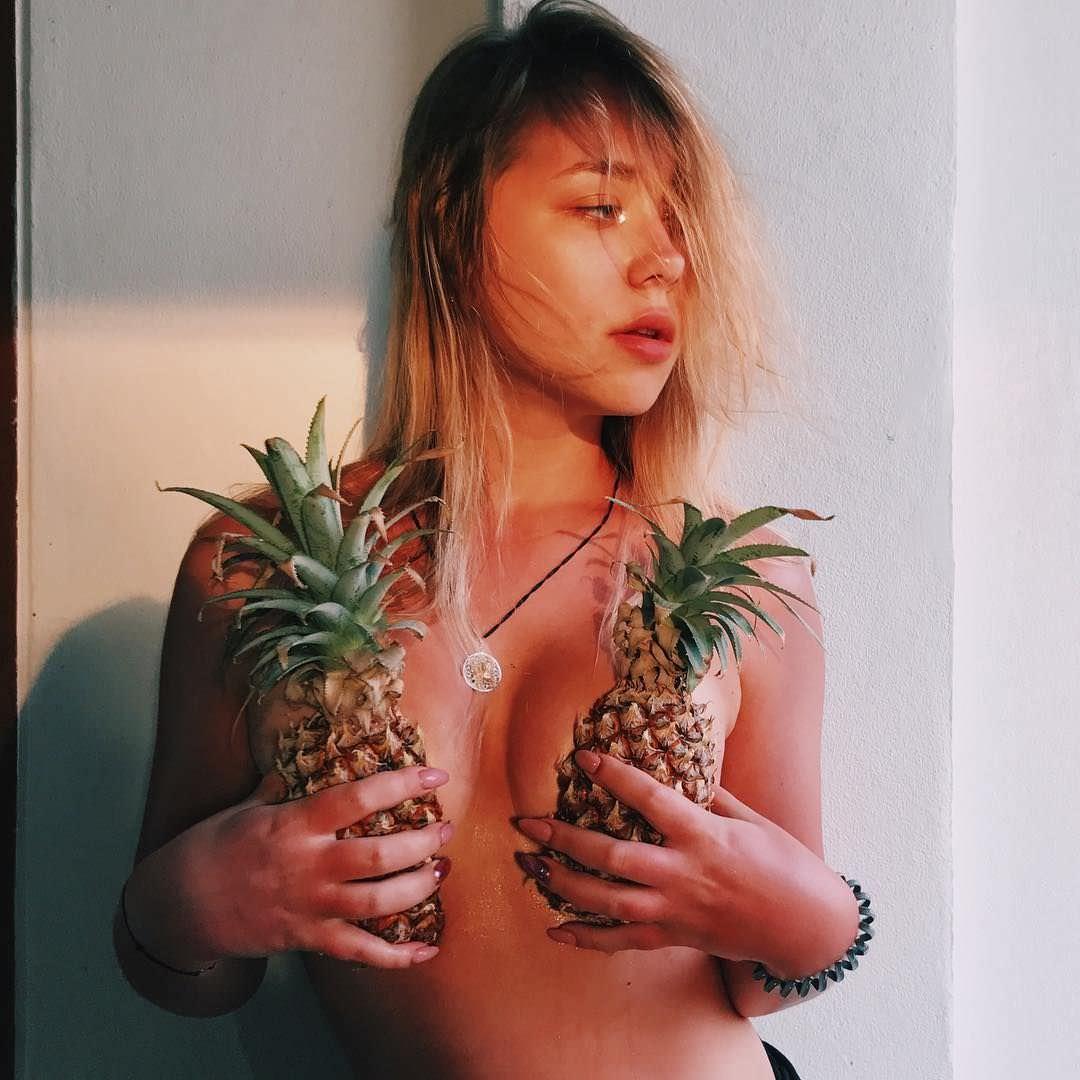 Ксения Хоффман фото с ананасами