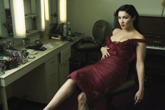 Анна Нетребко фотография в красном платье
