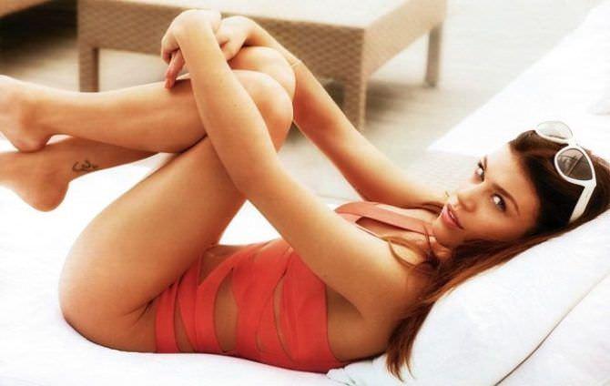 Эдрианн Палики фото в красном купальнике