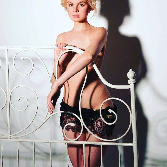 Алиса Вокс фото возле кровати