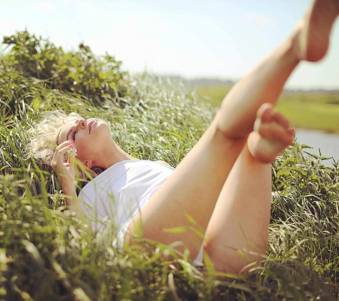 Алиса Вокс фото в траве
