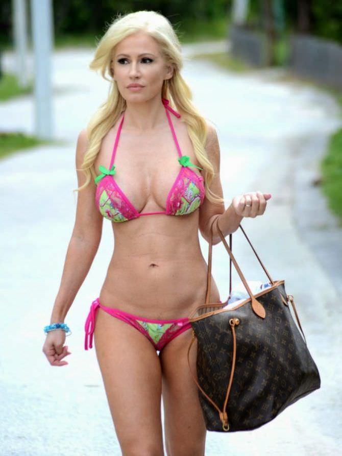 Ана Брага фото в бикини с сумкой