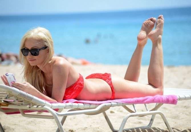 Ана Брага фото в красном бикини на ежаке