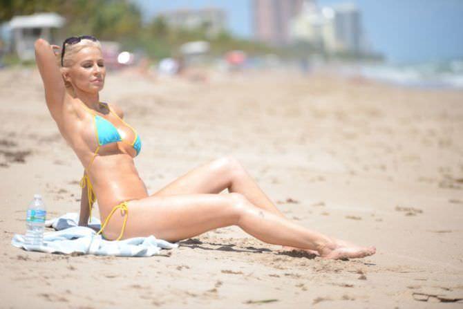 Ана Брага фото на пляже на песке