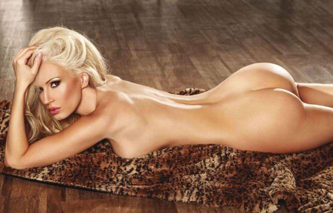 Ана Брага фото на леопардовом покрывале