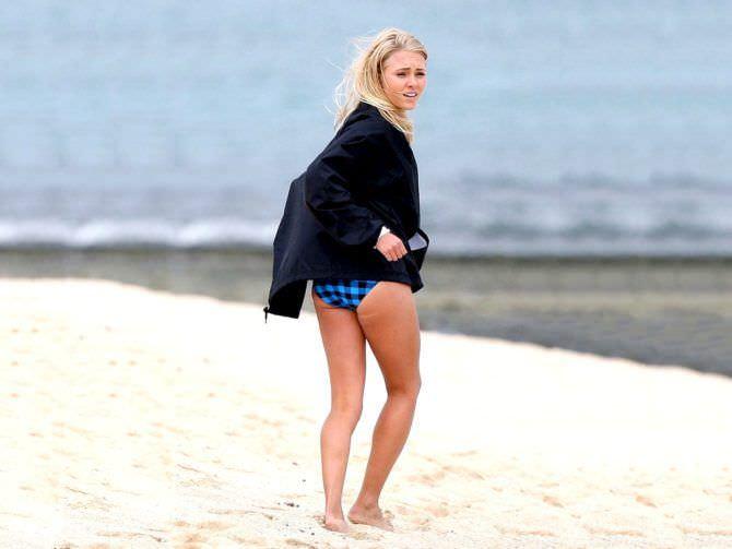 Аннасофия Робб фото на пляже в кофте