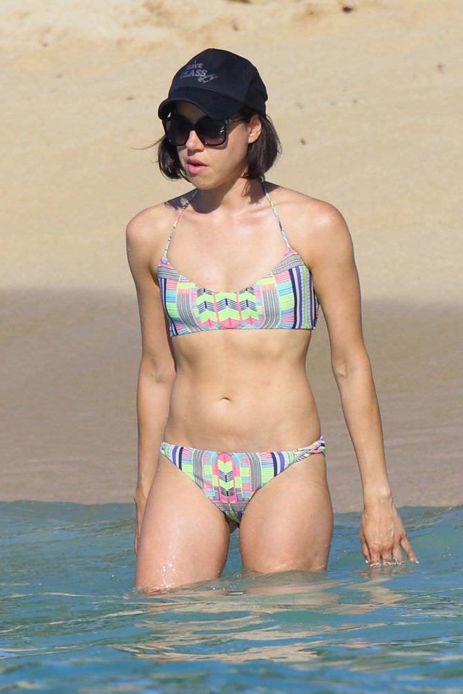 Обри Плаза фото в купальнике на пляже