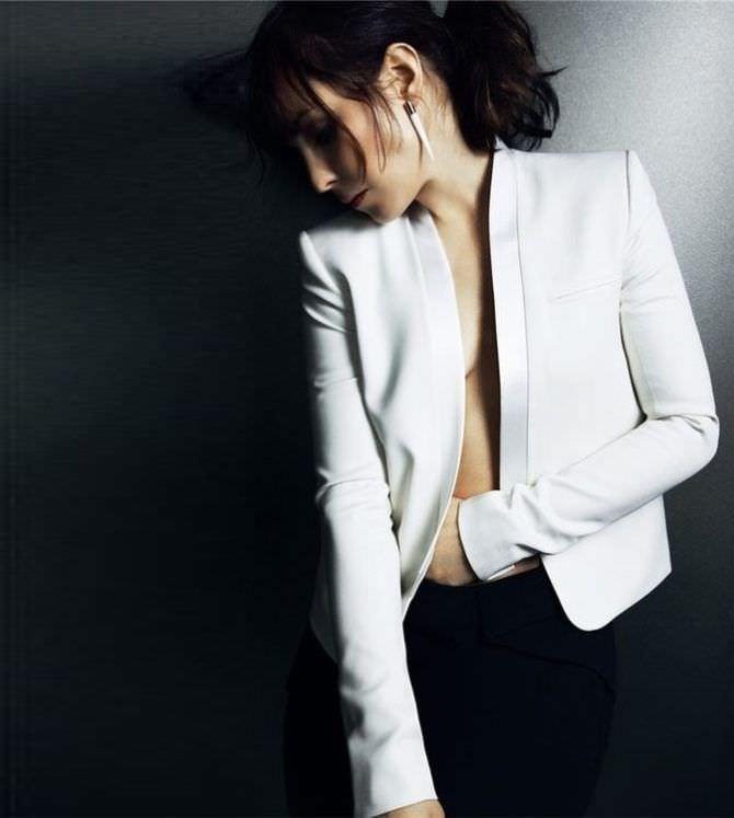 Нуми Рапас фотография в белом пиджаке