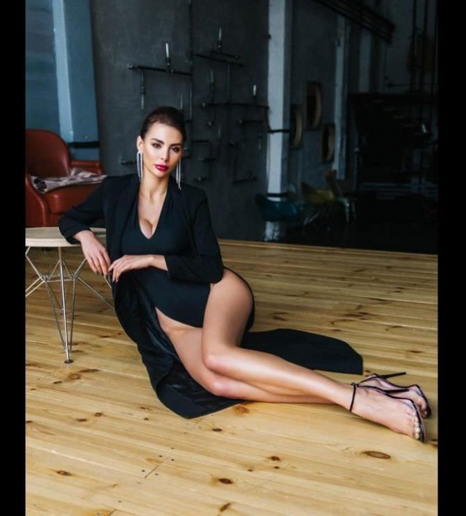 Ника Вайпер фотография в плаще на полу