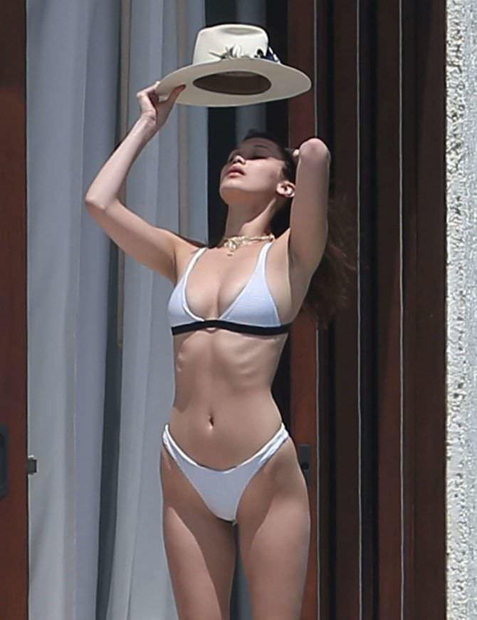Белла Хадид фото в бикини и шляпе
