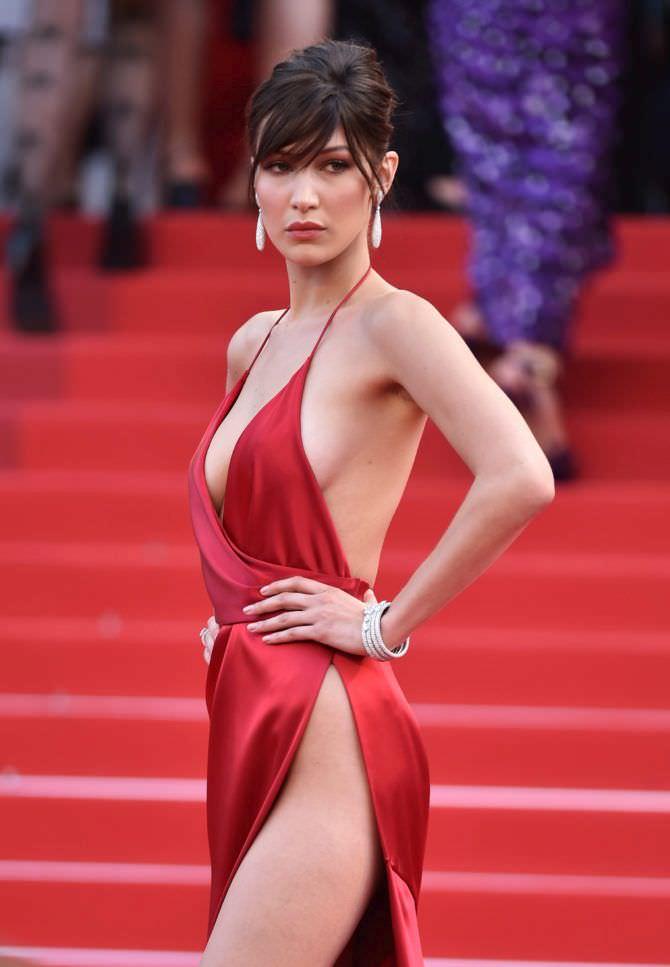Белла Хадид фото в скандальном красном платье