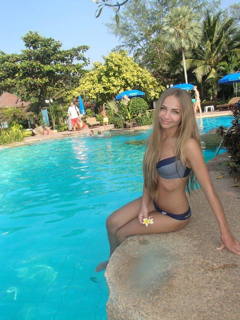Яна Химченко фото возле бассейна