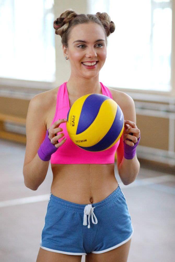 Дарья Пицик кадр в спортивном костюме с мячом