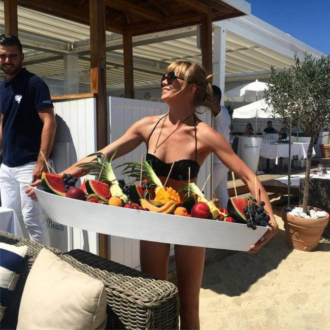 Алла Михеева фото с подносом фруктов