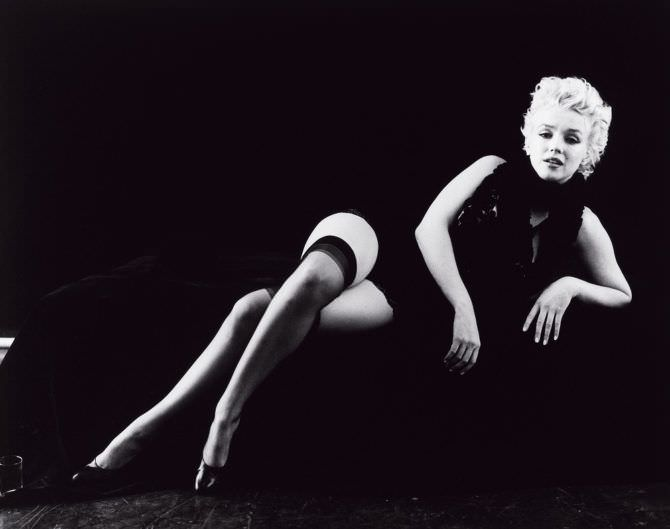 Мэрилин Монро чёрно-белое фото в чулках