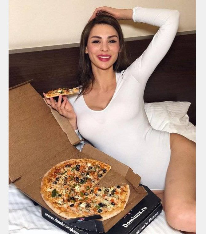 Ника Вайпер фото с пиццей