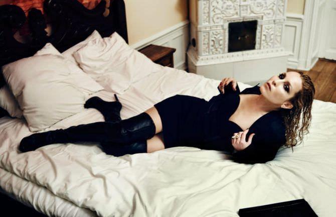 Нуми Рапас фото в платье на кровати