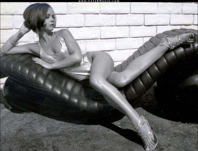 Кристина Риччи фотосессия в блестящем купальнике