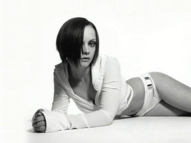 Кристина Риччи фотосессия в белой кофте и плавках