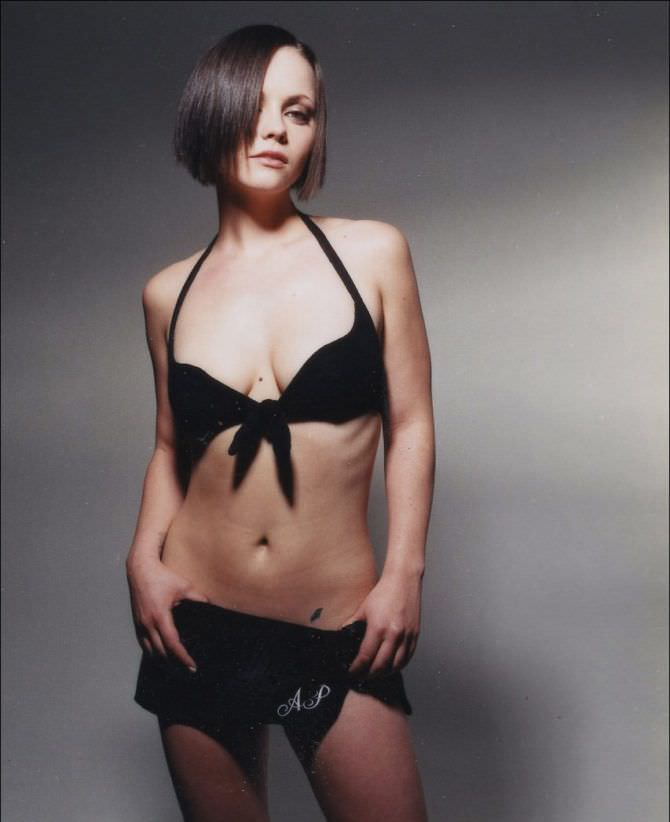 Кристина Риччи фотосессия в чёрном бикини