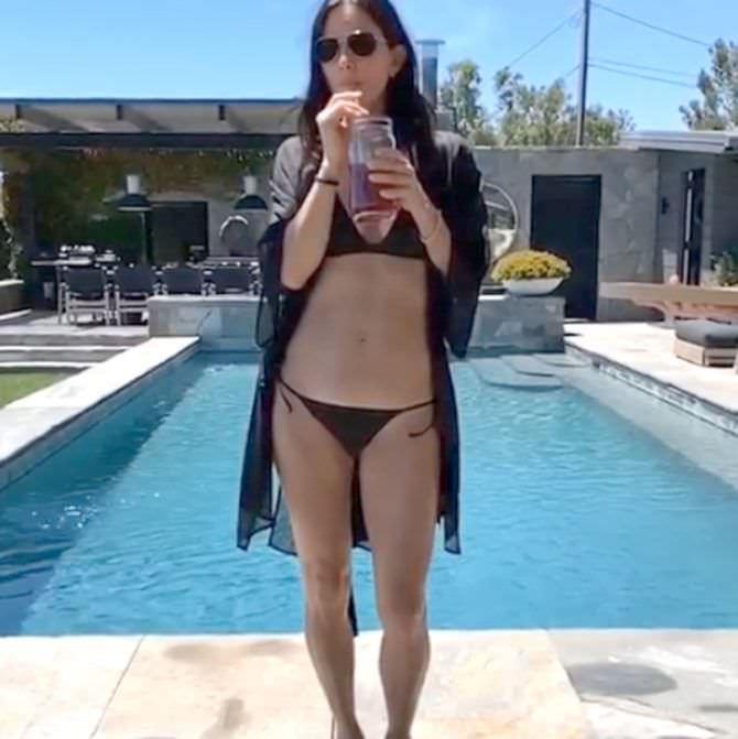 Кортни Кокс фотография в купальнике у бассейна