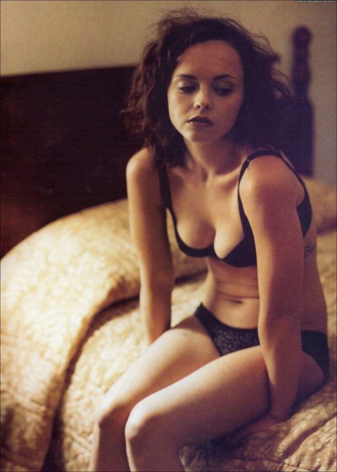 Кристина Риччи фотография в нижнем белье на постели