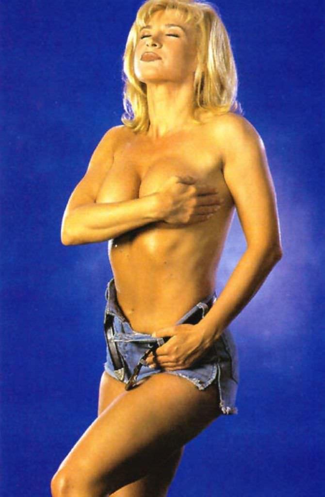 Синтия Ротрок фотография в джинсовых шортах