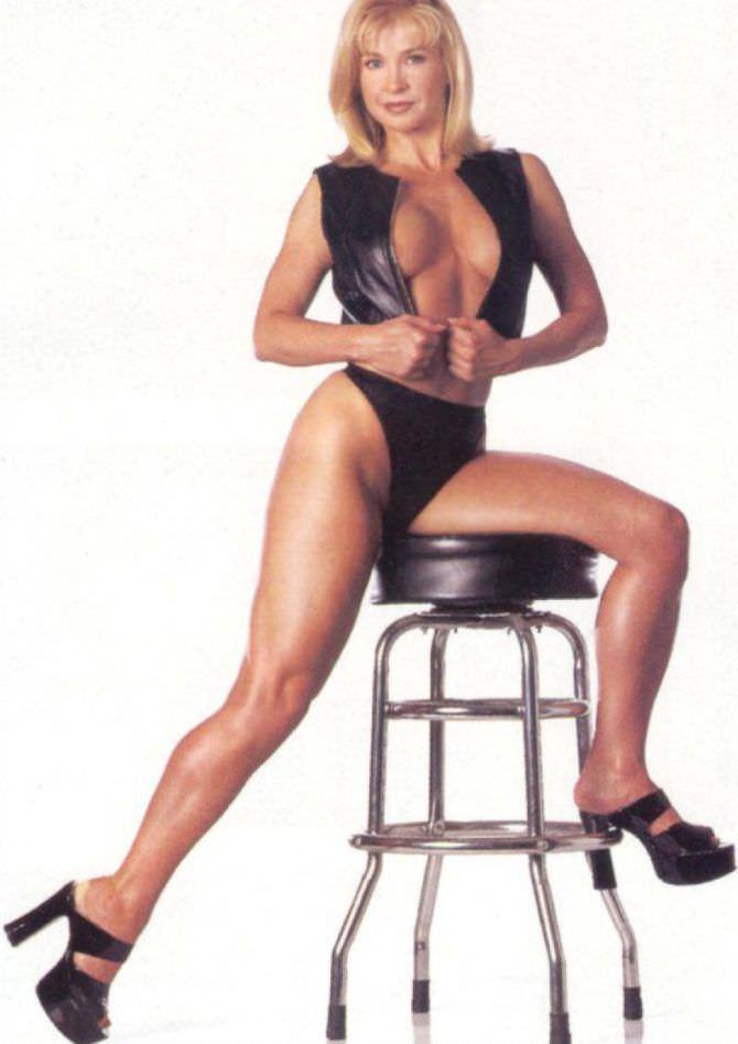 Синтия Ротрок фото на стуле