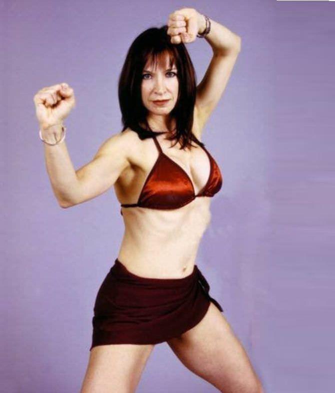 Синтия Ротрок фотография в бикини в стойке