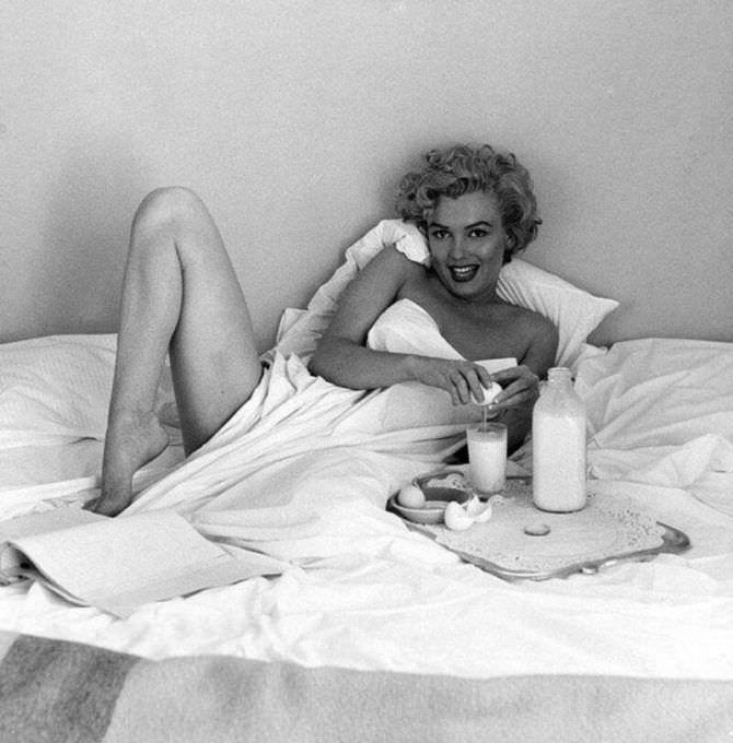 Мэрилин Монро фотография в постели с завтраком