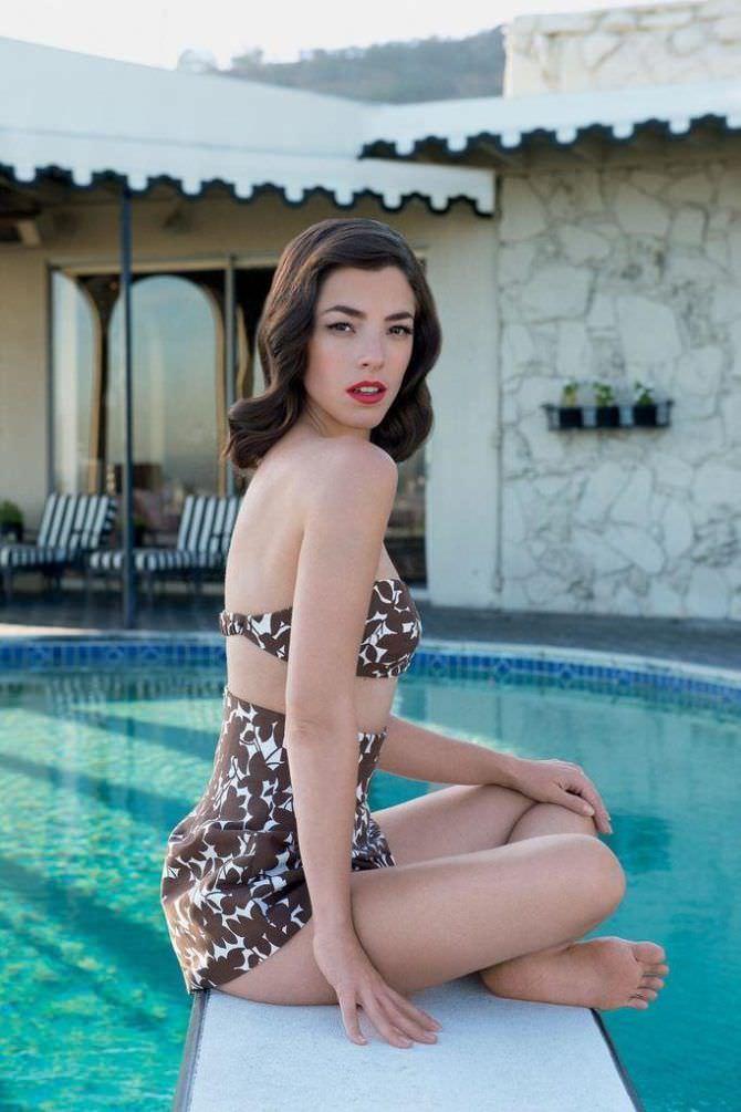 Оливия Тирлби фотосессия в купальнике у бассейна