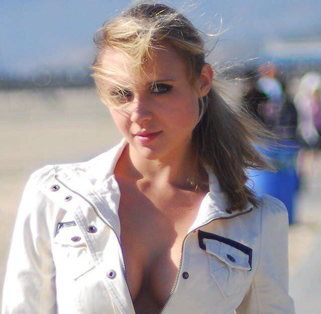 Дарья Миронова фото в расстёгнутом жакете