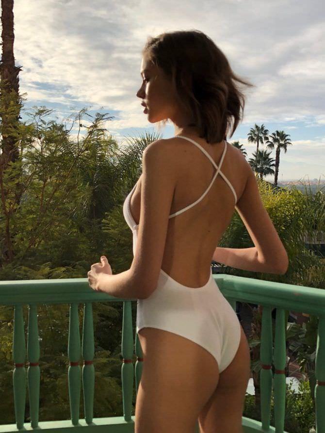 Алеся Кафельникова фотография на балконе