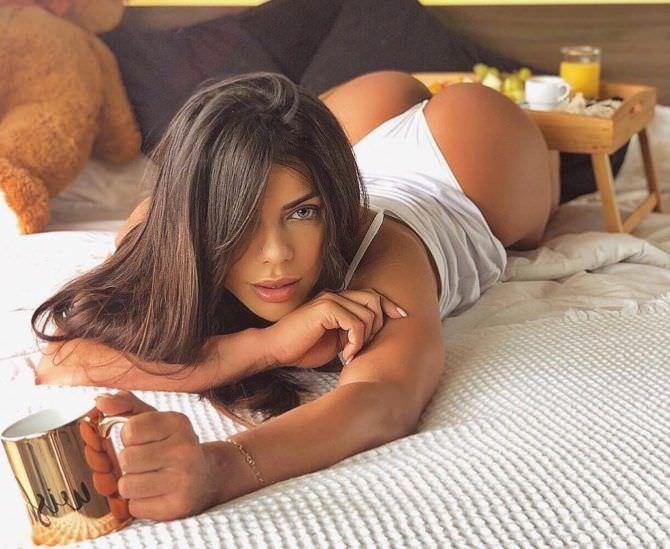 Сьюзи Кортес фотография с чашкой на кровати