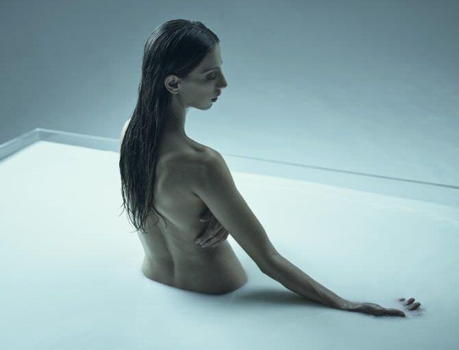 Анджела Сарафян фотосессия в молоке без одежды
