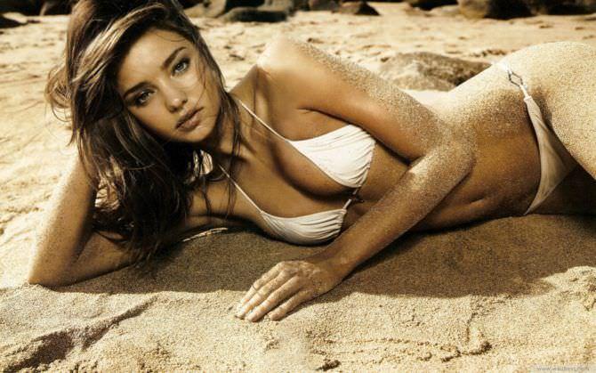 Миранда Керр фото в бикини на песке