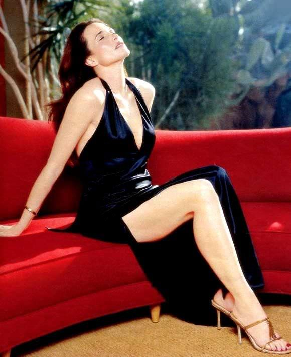 Энди МакДауэлл фото на красном диване