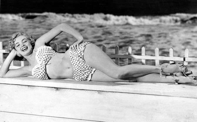 Мэрилин Монро фото в пёстром купальнике