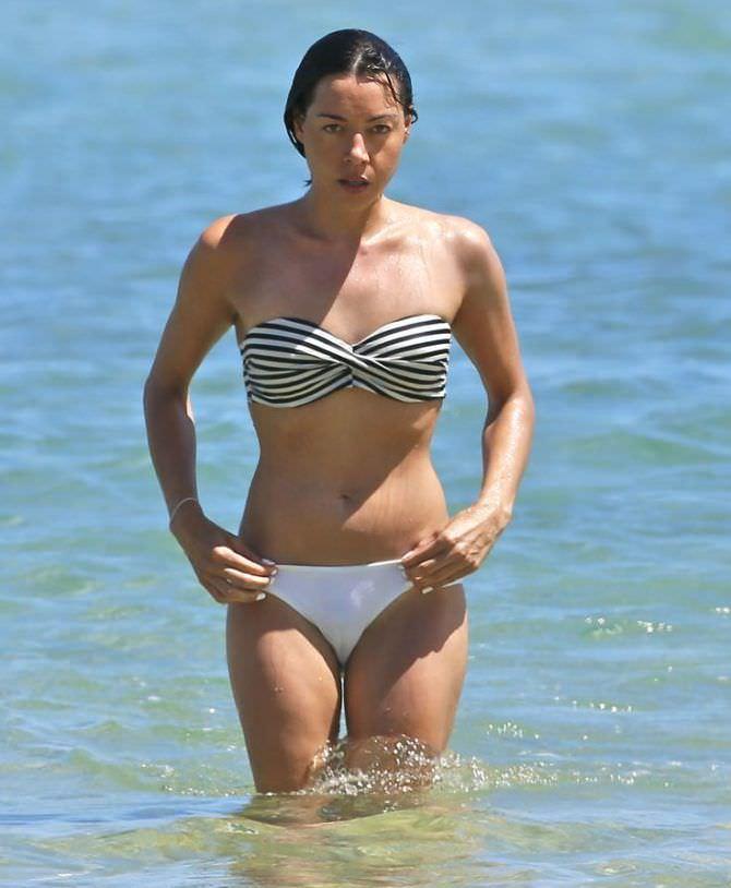 Обри Плаза фотография в бикини в море