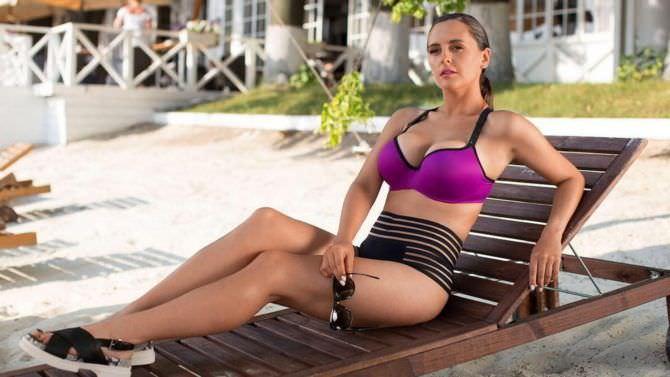 Мария Шумакова фото на лежаке