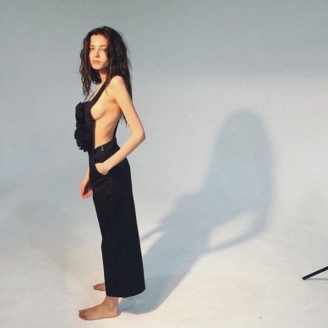 Алеся Кафельникова фотосессия в чёрном комбинезоне