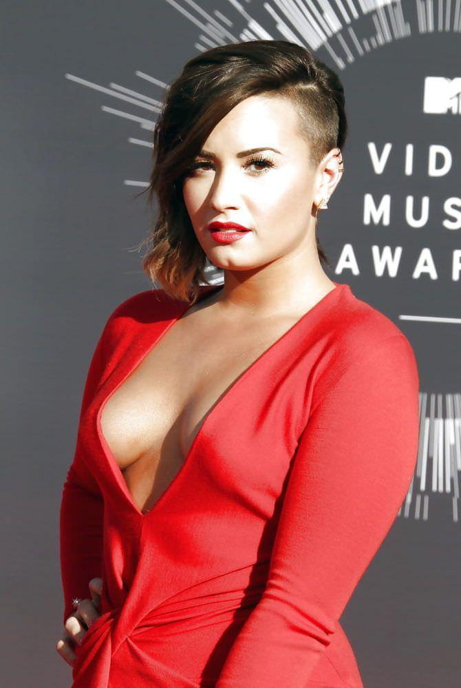 Деми Ловато фотография в красном платье