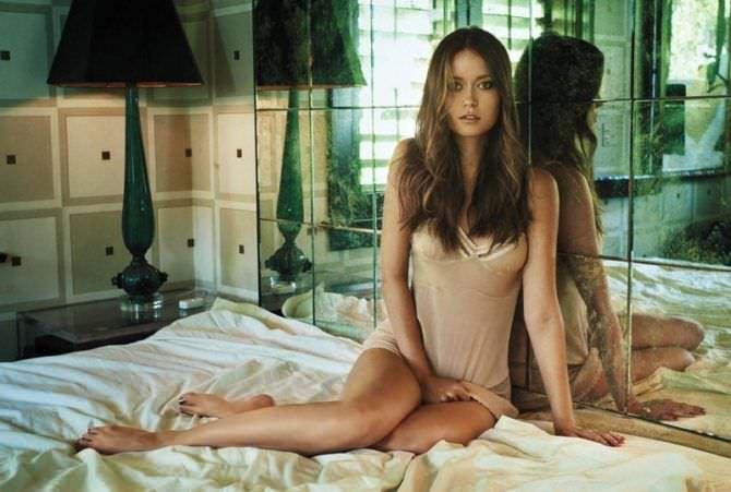 Саммер Глау фото на постели в сорочке