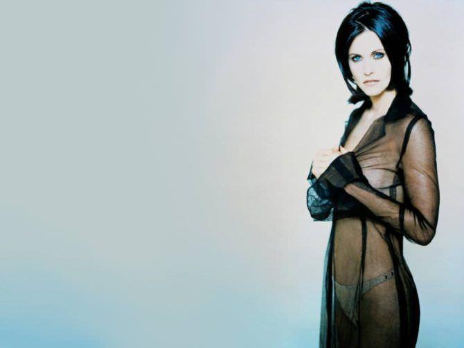 Кортни Кокс фотография в чёрной длинной рубашке